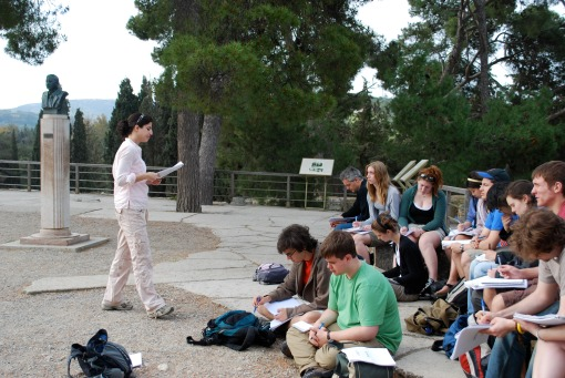Prof. Faro lectures to the group at Knossos.
