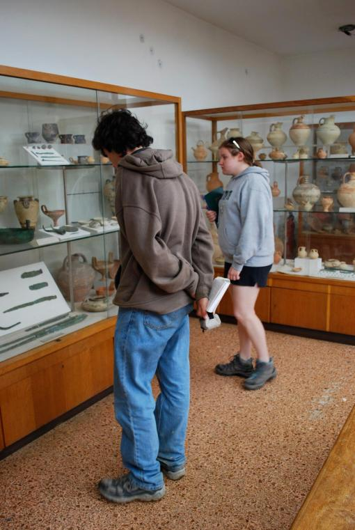 Jason and Kate check out the finds from Pylos in the Chora Museum.