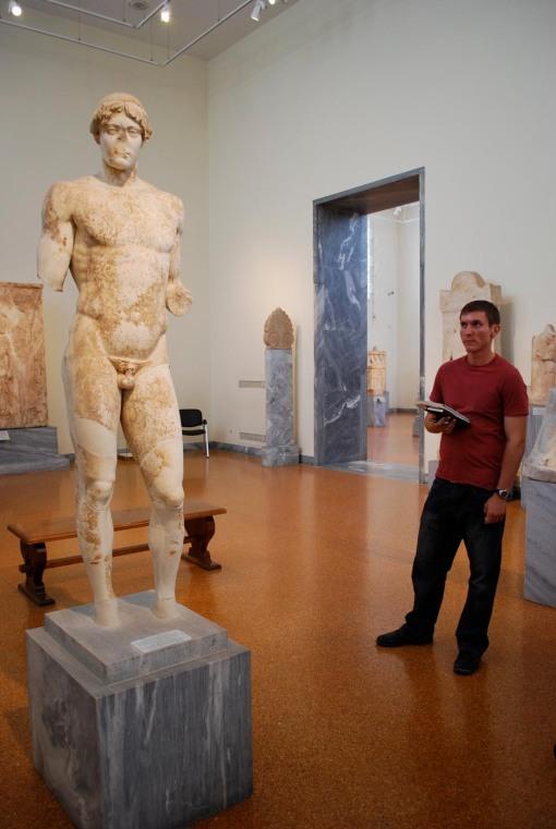 Joe inspects the omphalos Apollo.