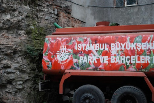 Tulip truck in downtown Istanbul.